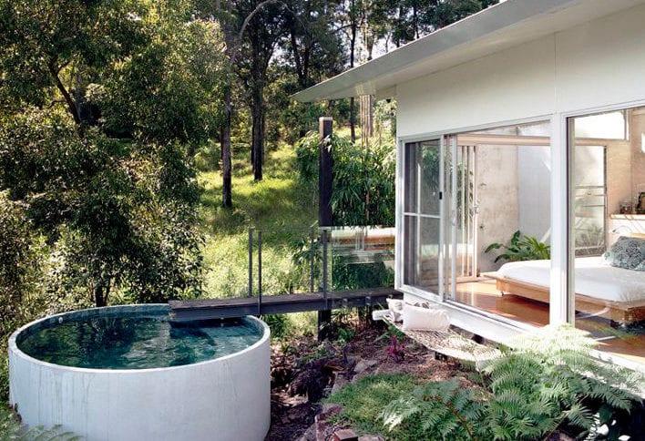 coole idee für modernes haus mit schlafzimmer mit offenem bad, rundem tauchbecken und Hängematte