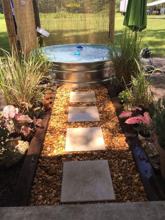 tolle idee für gartengestaltung mit wasser, kies und pflanzen
