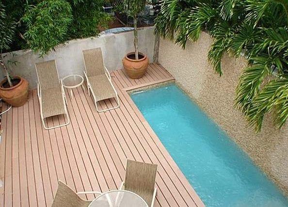 coole terrassengestaltung mit holzboden und kleinem pool