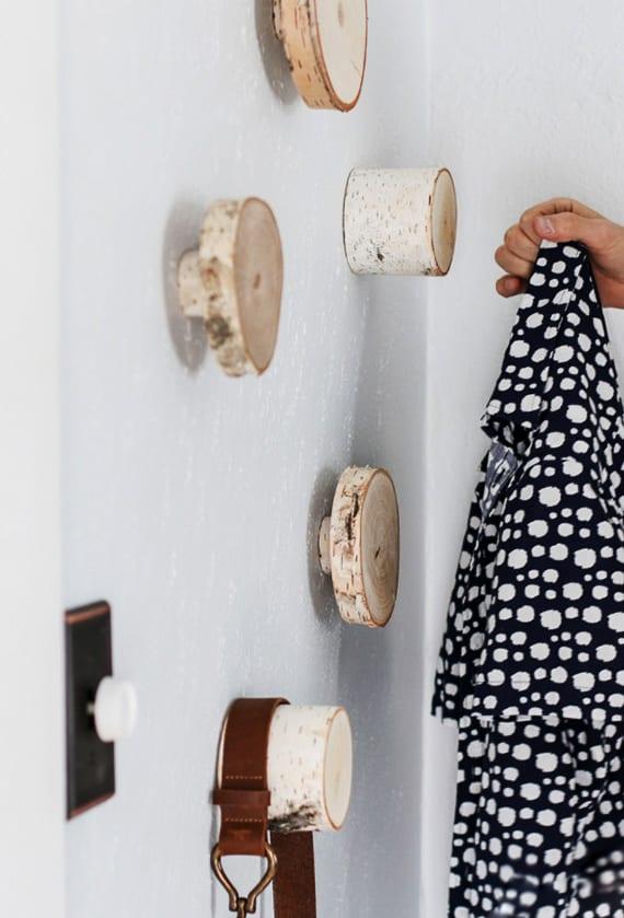 DIY-Wandhacken-aus-Holzscheiben-zum-Ordnen-und-Dekorieren_coole-idee-für-garderobe-im-flur