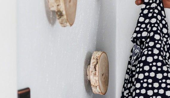 Diy wandhacken aus holzscheiben zum ordnen und dekorieren - Holzscheiben dekorieren ...