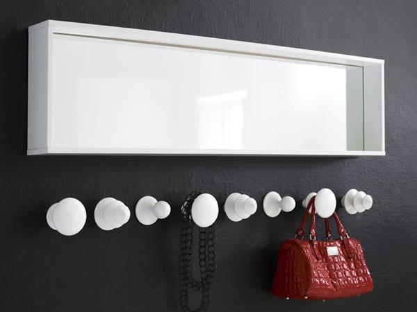 moderne wandgestaltung flur mit weißem wandregal mit spiegeln und weißen wandhaken auf schwarzer wand