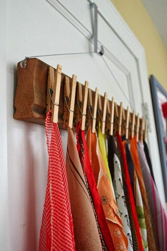 ordnen und aufbewahren mit diy türleiste mit kleiderhaken aus holz und wäscheklammern