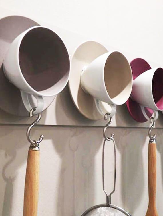 küche in ordning halten un kreativ dekorieren mit diy Wandhaken aus bunten Tassen und Tellern