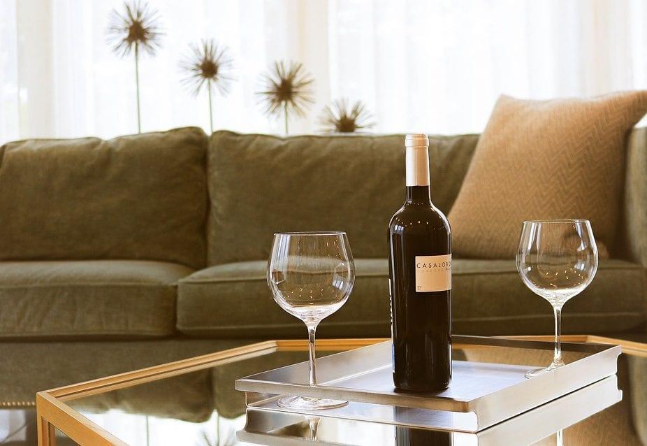 coole Ideen für Gästezimmer gestalten mit bequemem Sofa braun und modernem sechseckigen Holzcouchtisch mit Glasplatte