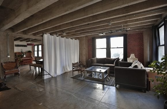 loft wohnung mit großen natursteinplatten, ziegelwände und betonbalken rustikal einrichten