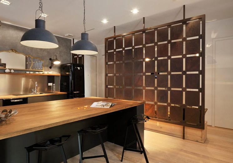 offene küche wohnzimmer abtrennen vom Flur mit modernem raumteiler aus metall