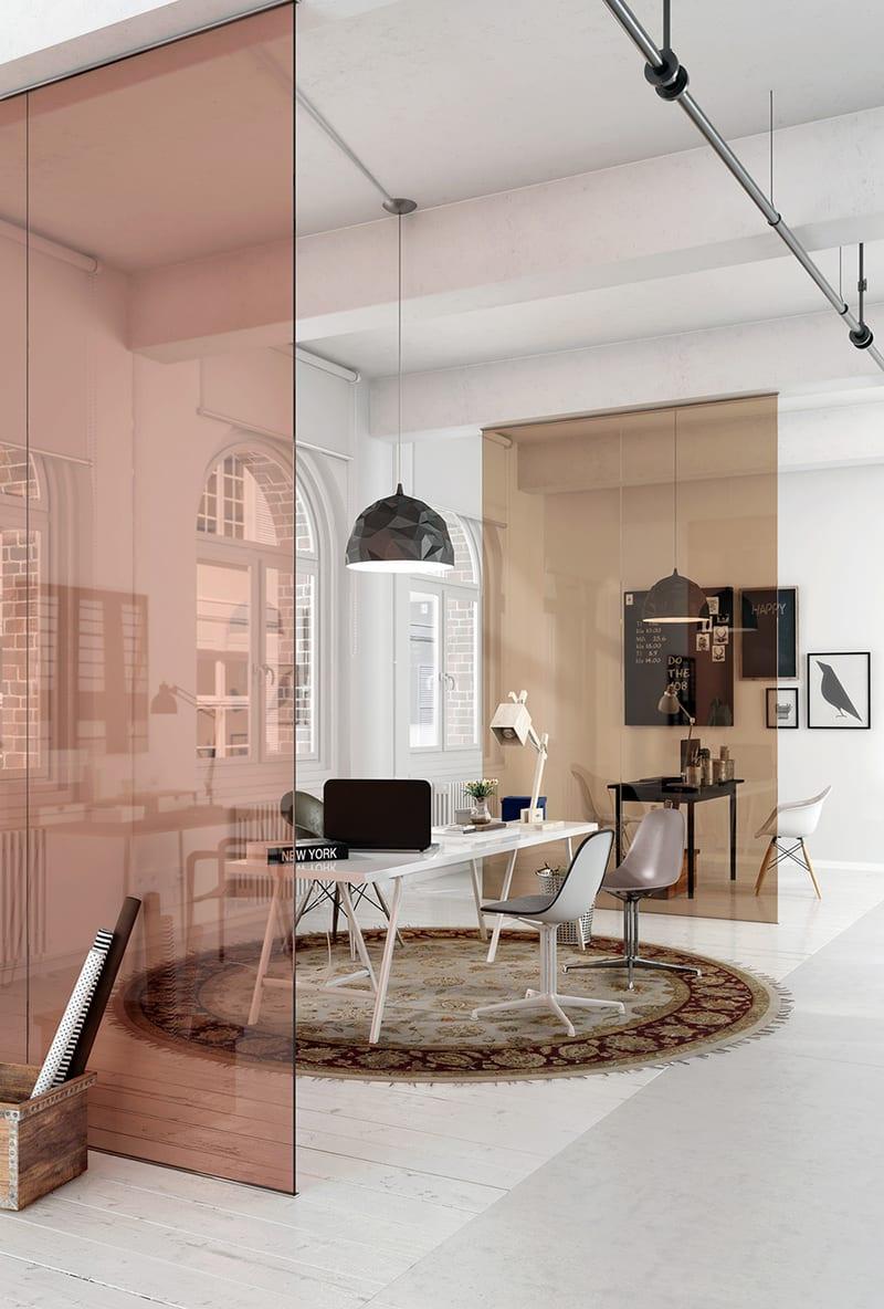 moderne loft-büroraum mit betonbalkendeke modern teilen durch farbigen glasscheiben und einrichten mit schwarzen Designer-pendellampen, schreibtischen in weiß und schwarz und rundem teppich