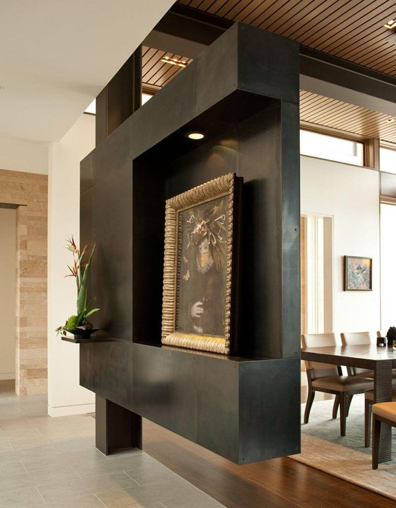 modernes interior design für wohn-esszimmer mit hängedecke aus lattenrost und schwarzem hänge-raumteiler mit LED-leuchte und nische für Dekoration