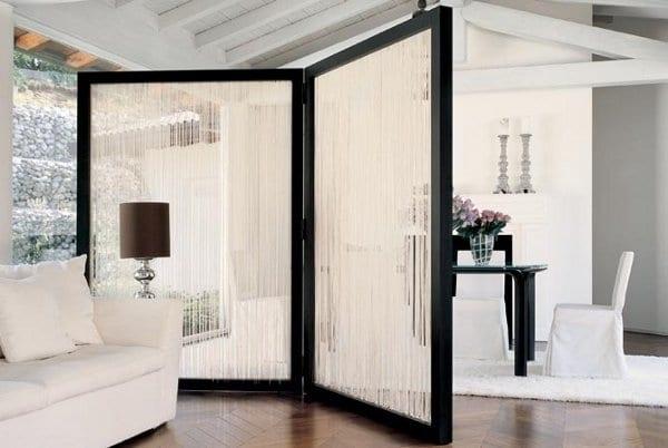 wohnzimmer stilvoll gestalten in schwarzweiß mit parkettboden und modernem wandschirm aus holz und seile