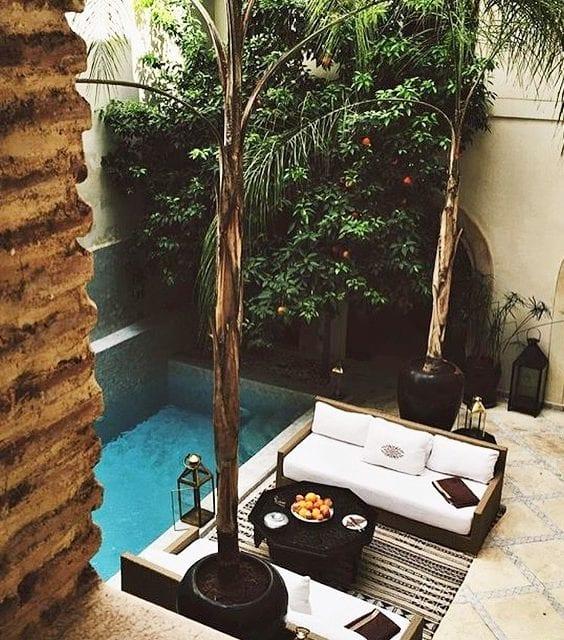 fantastische ideen für hofgarten gestalten mit tauchbecken, gartensofas mit weißen polstern und schwarzem couchtisch auf großen terrassenfliesen beige
