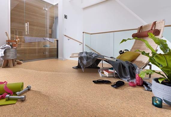 moderne bodengestaltung mit korkbodenbelag für Maisonette mit glasgeländer und holzhandlauf