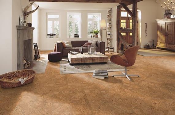 wohnzimmer gestalten im landhausstil mit korkboden, kamin, couchtisch aus kantholz, sichbare holzkonstruktion und rustikalem holzschrank