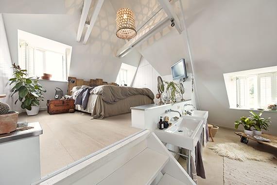 coole wohnidee für dachgeschoßwohnung mit loftbett, gaubenfenster, palettenbett, diy holzcouchtisch auf rollen und hellem korkboden
