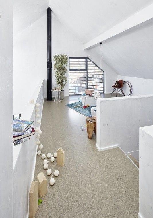 der kleine raum unterm dach in spielraum für kinder mit korkbodenfliesen verwandeln
