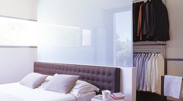 Wohnideen Schlafzimmer - den Platz hinterm Bett in begehbaren Kleiderschrank verwandeln - fresHouse
