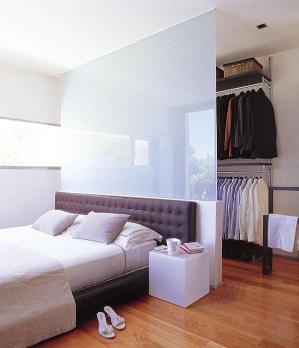 begehbarer Kleiderschrank bauen hinter dem bett_kleines schlafzimmer mit lederbett und Trennwand aus Milchglas zwischen garderobe und bett