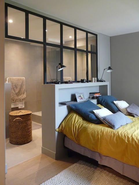 kreative idee für kleines schlafzimmer mit doppelbett und kleines badezimmer mit Verglasung hinter dem bett