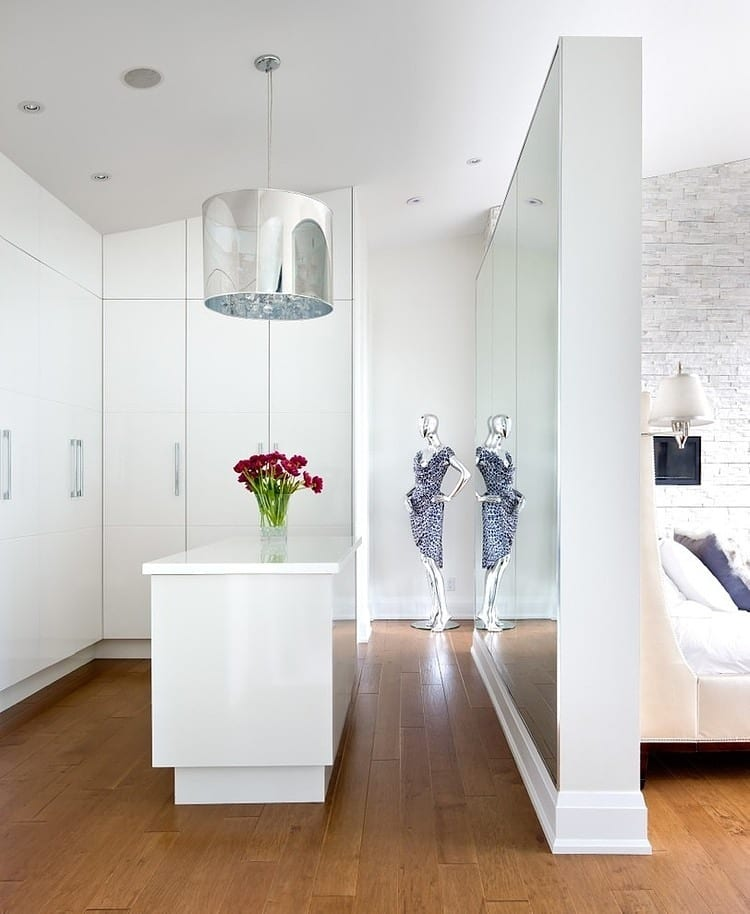 kreative ideen für begehbaren kleiderschrank im schlafzimmer mit Trennwand zwischen Bett und Ankleideraum und großem Wandspiegel