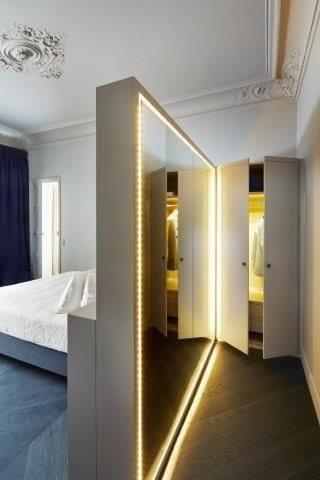 coole wohnidee für kleine schlafzimmer mit trennwand mit wandspiegel und LED streifen