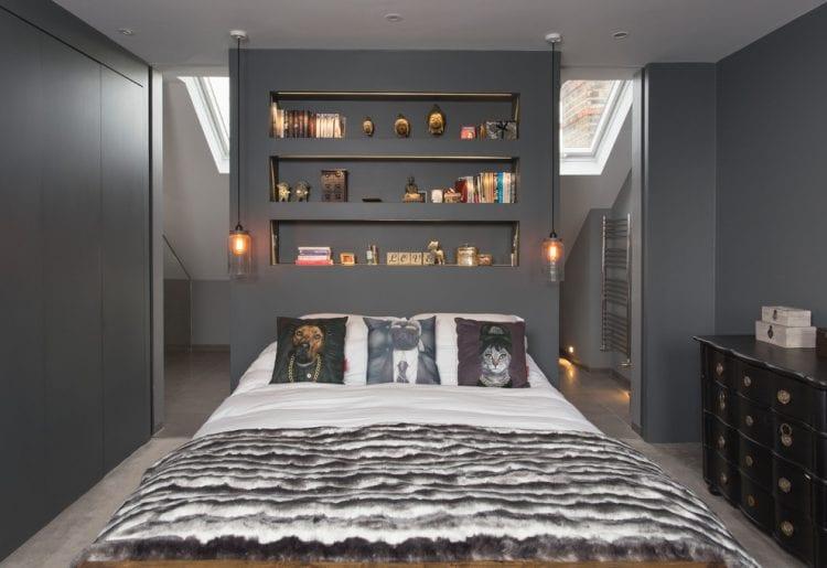 coole idee fpr kleine schlafzimmer mit dachschräge, wandfarbe grau, kleinen dachfenstern und eingebautem kleiderschrank
