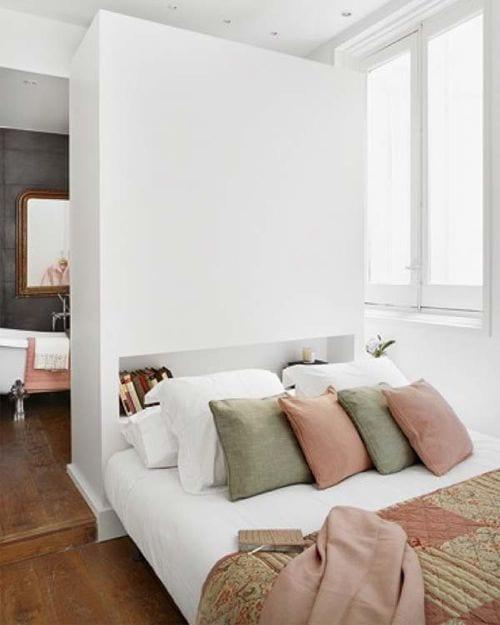 coole schlafzimmer ideen für offenes bad hinter trennwand mit Nische für bücher als Bettkopfteil