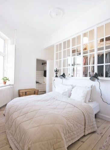 coole schlafzimmer ideen für begehbaren kleiderschrank mit natürlicher beleuchtung durch fenster
