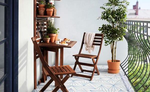 balkon gestalten mit weißen bodenfliesen mit geometrie-muster, weißen wänden und gartenmöbel in dunkelholz