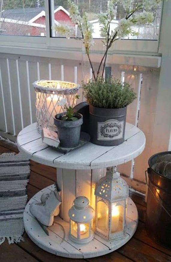 coole dekoidee im rustikalen still für kleinen balkon in weiß und grau