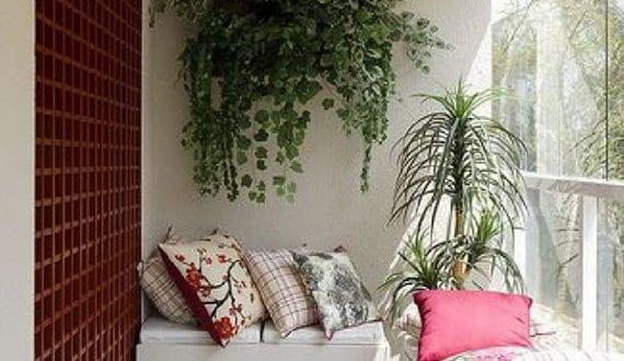 Der kleine balkon in wei mit ecksitzbank und holzgitter als wanddeko freshouse - Balkon wanddeko ...