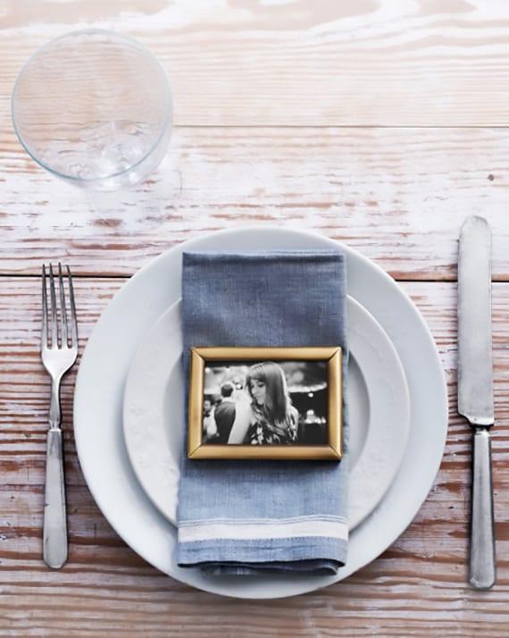originelle tischdeko idee im rustikalen stil mit schwarzweißem foto als diy platzkarte und kreatives gastgeschenk