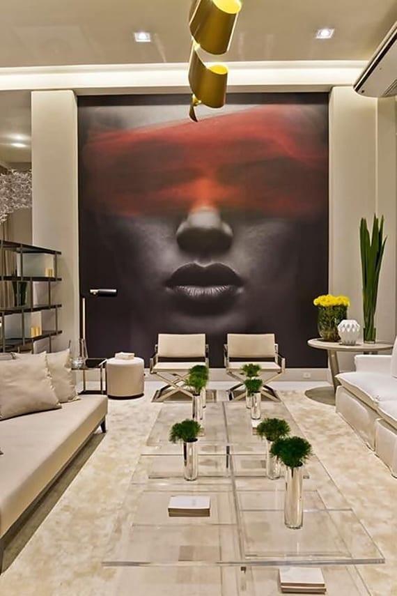 luxus wohnzimmer design mit couchtisch aus acrylglas, sofas and seats in beige und origineller Fotodruck-Wanddeko