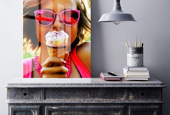 rustikale raumgestaltung mit holzschreibtisch, vintage-Lampe aus metall und farbigem fotodruck in Hochglanz auf metall