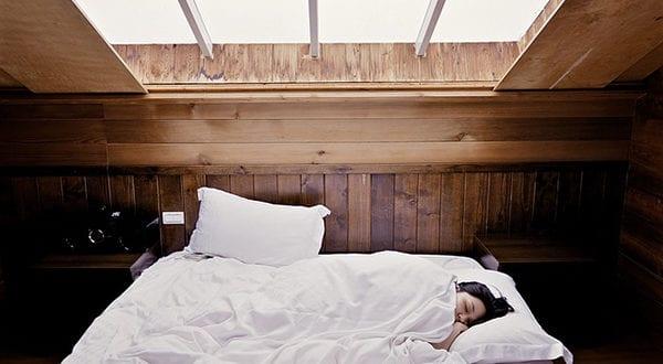 Gesunder Schlaf im bequemen Bett dank einer Kaltschaummatratze
