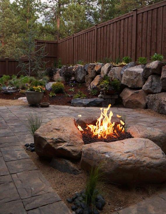 garten originell gestalten mit feuerstelle aus großen steinen