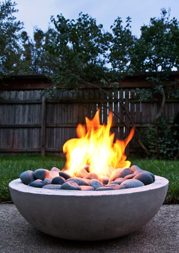 Romantische Atmosphäre Im Garten Schaffen Mit Einer Selbstgemachten  Feuerschale Aus Beton Und Dekorativen Steinen