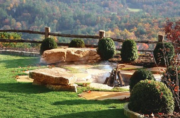 Mehr-Romantik-im-Garten-schaffen-mit-einem-DIY-Außenkamin-aus-großen-Steinen