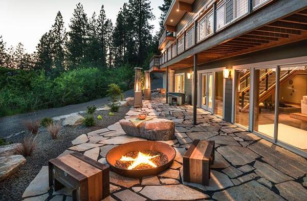 Mehr-Romantik-im-Garten-schaffen-mit-einem-DIY-Außenkamin_coole-gartenideen-mit-offener-feierstelle