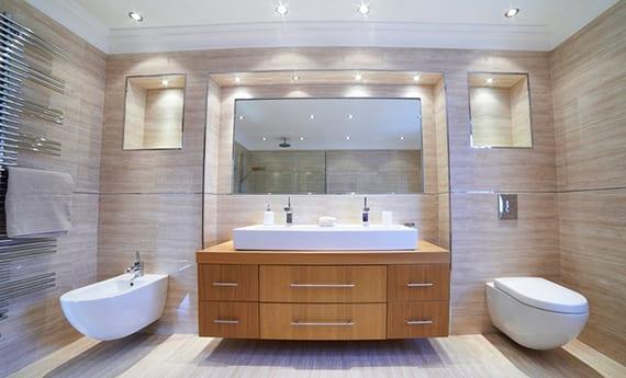 bad in szene setzen durch einbau deckenleuchten in wandnischen_coole badezimmergestaltung mit badfliesen in natursteinoptik, holzwaschtischschrank mit doppel-aufsatzwaschbecken und badezimmer spiegel