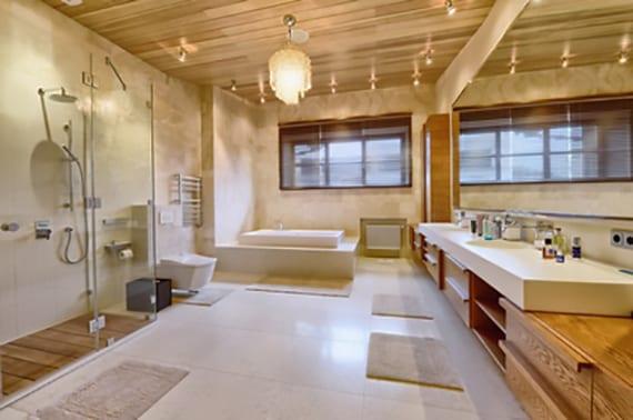 luxuriöses badezimmer gemütlich gestalten mit holzdecke, poliertem betonboden, modernem waschtisch mit großem spiegel, kronleuchter und kleinenen deckenlampen
