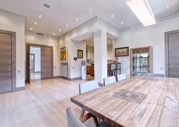 moderne wohnung mit offenem wohn-esszimmer kreativ gestalten mithilfe von mehreren Einbauleuchten
