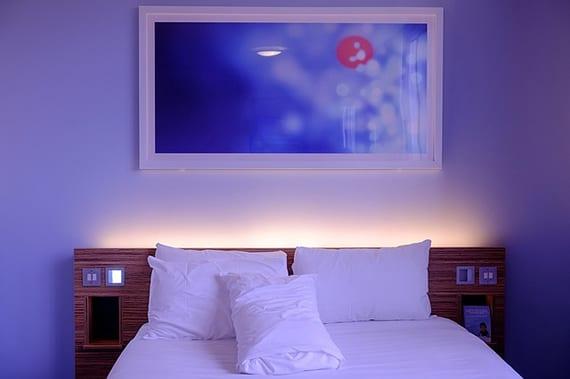 schlafzimmer effektvoll gestalten mit indirekter Beleuchtung hinterm bett-kopfteil