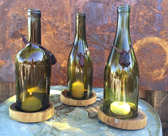 coole gartendeko idee mit diy kerzenhalter aus grünen weinflaschen für authentische gartengestaltung