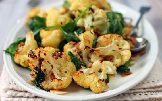 leckere rezeptideen für Blumenkohl Gerichte_gebratener Blumenkohl mit Spinat und Knoblauch