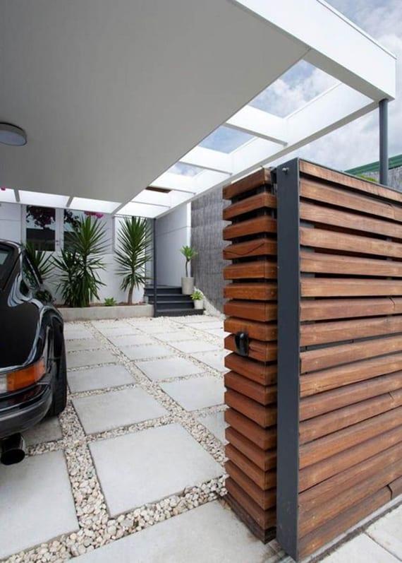 moderner Carport mit betondach und kiesboden mit trittsteinen