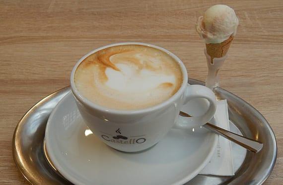 schnelles und einfaches Rezept für hausgemachte Espresso-Eiscreme zum servieren mit tasse cappuccino