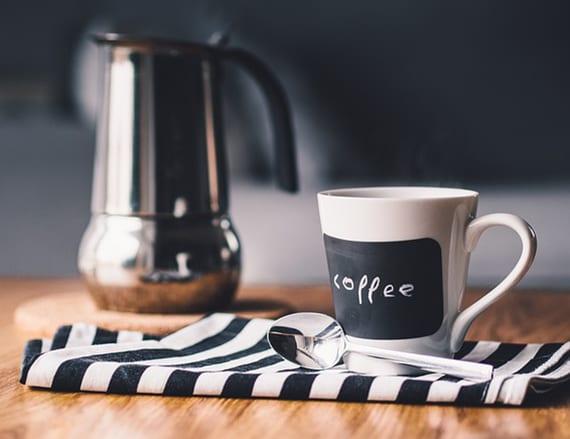 kaffeegenuss aus kapselmaschine_richtiger Kaffee in passender Tasse servieren