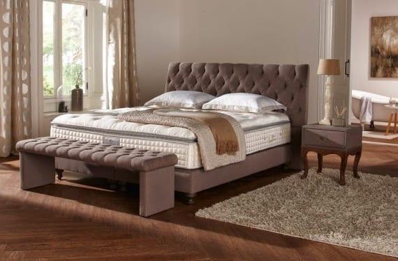 gemütliches schlafzimmer im klassischen stil einrichten mit parkett und boxspringbett mit schlafzimmer bank und nachtischhen in capuccino farbe