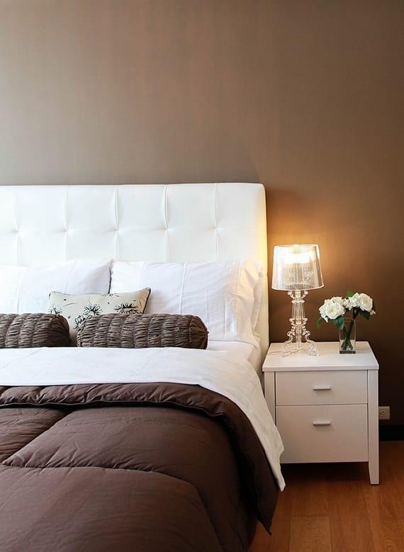 coole farbgestaltung schlafzimmer mit weißem box-spring-bet, weißen nachttischen aus holz, wandfarbe braun und moderne bettwäsche braun