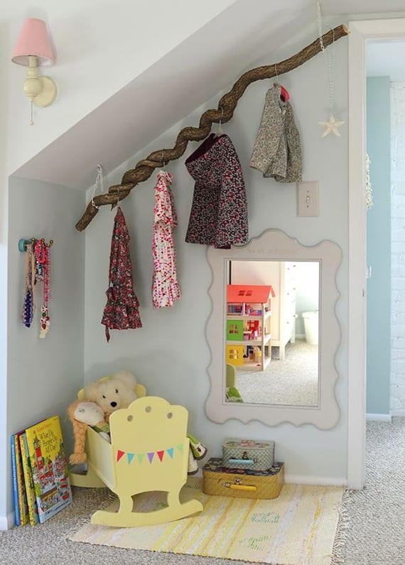 kinderzimmer mit dachschräge kreativ einrichten mit diy ast-kleiderstange und kleine wandspiegel